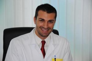 Cirujano ortopédico, traumatólogo especializado en el área infantil.